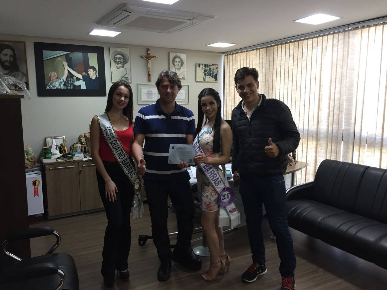 Anibelli recebe o convite para a festa de 56 anos de Quatro Barras