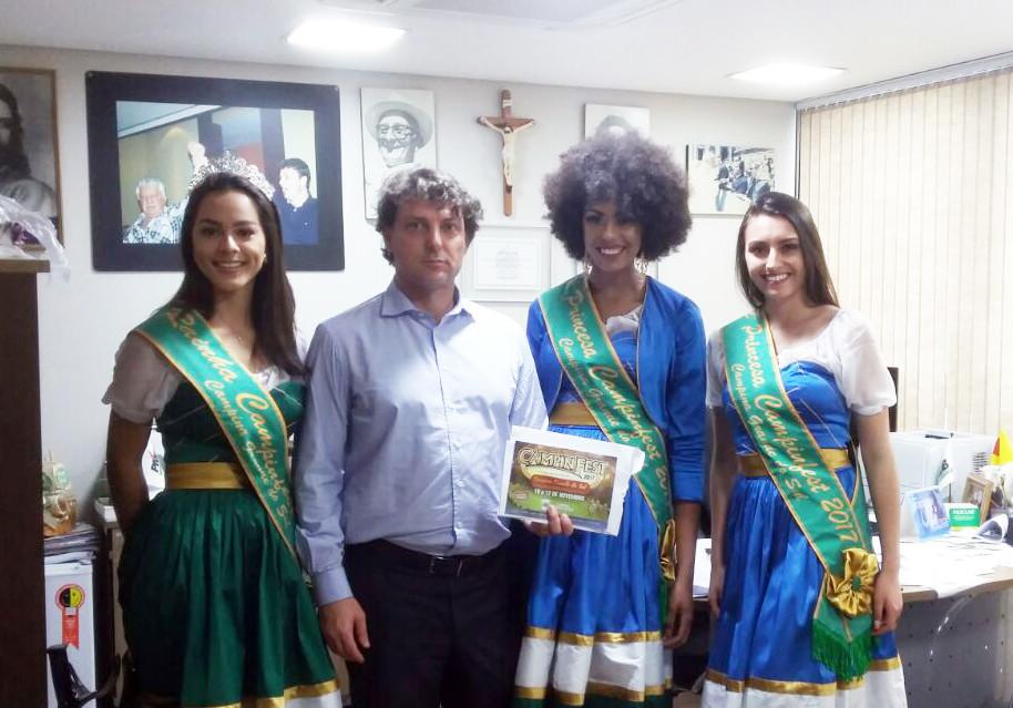 Rainha e Princesas de Campina Grande do Sul convidam o deputado Anibelli Neto para a Campinfest 2017.