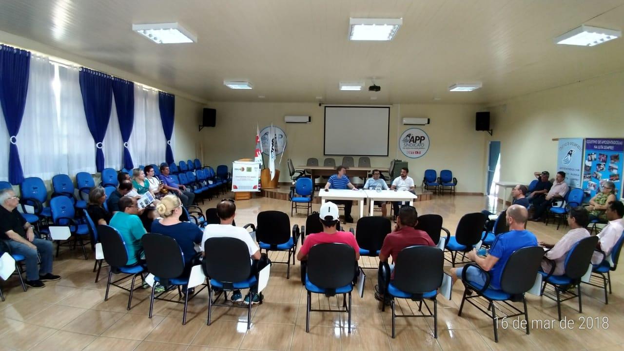 Anibelli Neto participa de um debate na sede da APP sindicado em Pato Branco.