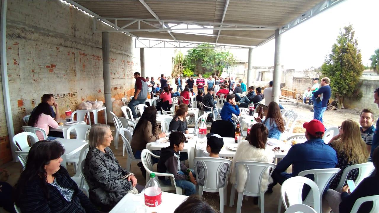 Anibelli Neto passa o dia com amigos em Quitandinha