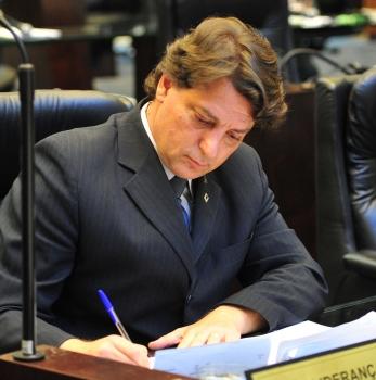 Anibelli Neto questiona o governo Richa sobre reajustes na conta de água.