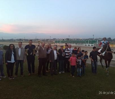 Anibelli Neto entrega troféu para o vencedor do Prêmio Heitor Baggio