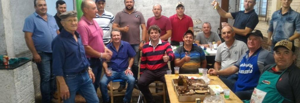 Deputado Anibelli Neto encontra com amigos na festa de São Sebastião em Honório Serpa.