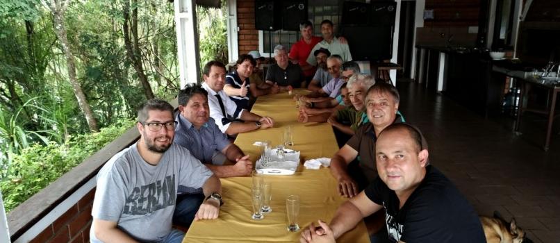 Anibelli Neto com amigos em Mangueirinha.