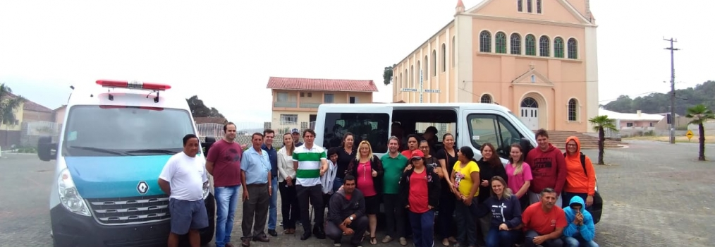 Anibelli Neto faz a entrega de um veículo VAN para APAE de Agudos do Sul.