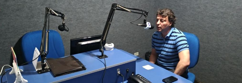 Anibelli Neto vista à Rádio Difusora em São Mateus do Sul.