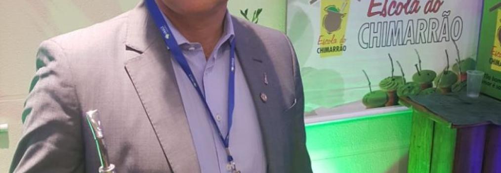 Anibelli Neto tomando um MATE no Congresso da Unale.
